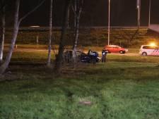 Vrouw met twee kinderen achterin raakt van de weg en gewond na botsing met andere auto