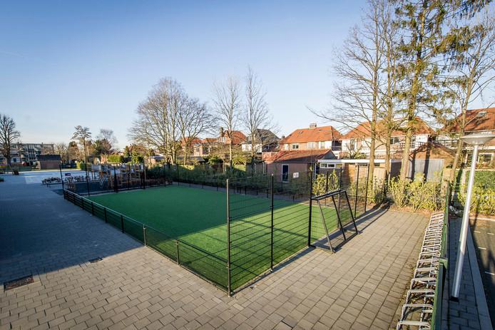 Het veelbesproken veldje bij De Windroos in Oldenzaal.