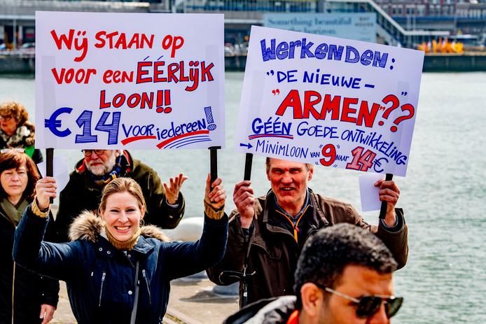 Deelnemers aan een mars door Rotterdam-Zuid roepen dit voorjaar op tot eerlijke verdeling van welvaart, eerlijk klimaatbeleid en een goed pensioen voor iedereen.
