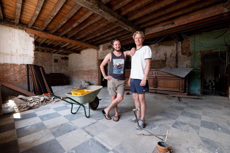Broers Zino en Jens Meeus zijn druk in de weer met de verbouwingen van het pand.