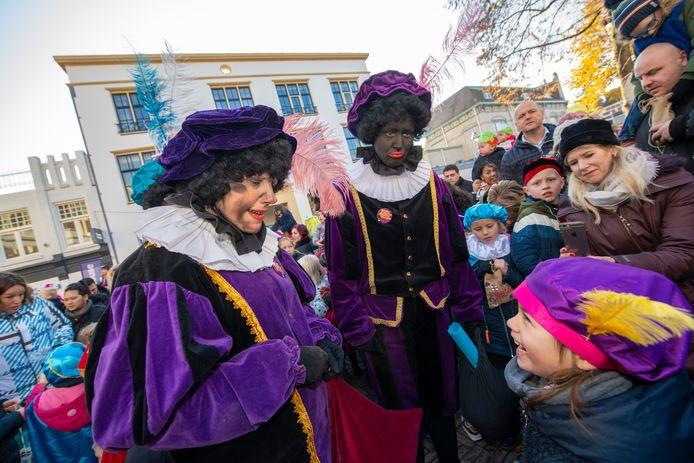 Op de Apeldoornse basisscholen zijn zowel Zwarte Piet als Roetveegpiet te bewonderen. Maar laatstgenoemde wint wel terrein.