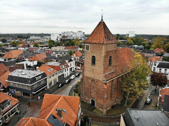 Het centrum van Borculo, gezien vanaf de kant van de Voorstad met de Joriskerk als centraal punt aan het begin van het Muraltplein.