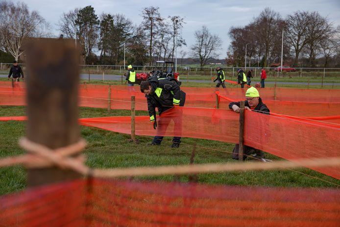 Het is nog lang niet zeker of de cross in Rucphen doorgaat 17 januari, maar het parkoers wordt al wel in hoog tempo aangelegd.