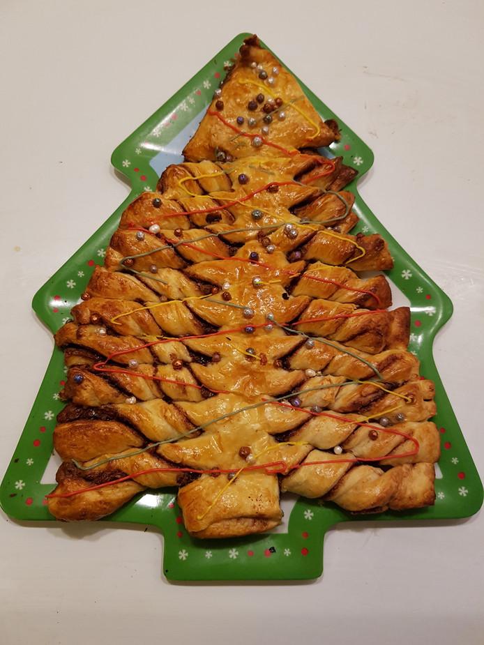 De Nutella-kerstboom gemaakt van croissantdeeg en chocoladepasta