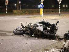 Motorrijder klapt tegen auto en raakt gewond, ravage is groot