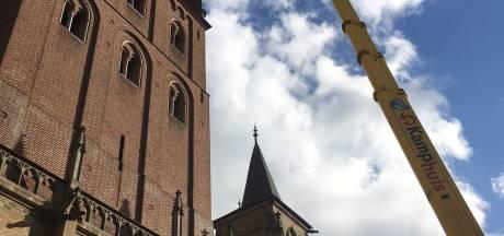 Natuursteen valt uit toren Sint-Jan, werkzaamheden in volle gang en Torenstraat afgezet voor verkeer