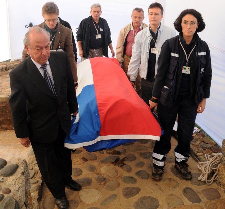 De kist met het stoffelijk overschot van Pablo Neruda, opgegraven op 8 april in Isla Negra, 120 km ten noorden van Santiago. Beeld AFP