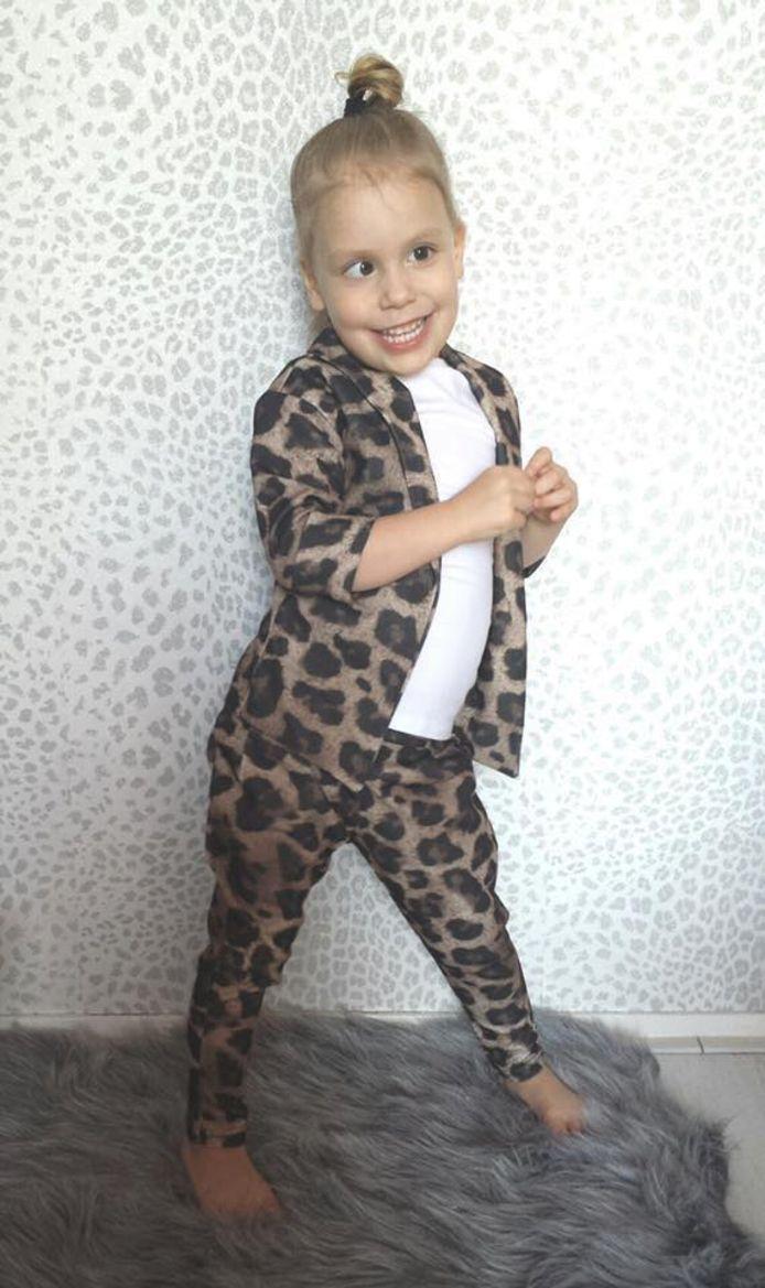 Aylin (4) als model voor haar moeders webshop.