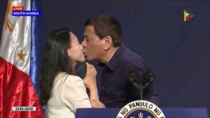 Filipijnse president Rodrigo Duterte door het stof nadat hij vrouw overtuigt hem op de mond te kussen