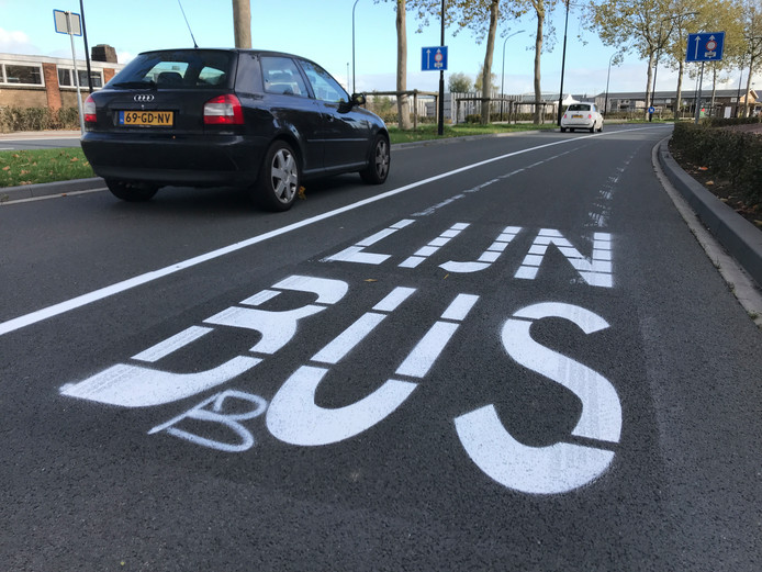 Eén van de twee rijbanen van de Merwedestraat en de Oranjelaan is vanaf nu busbaan.