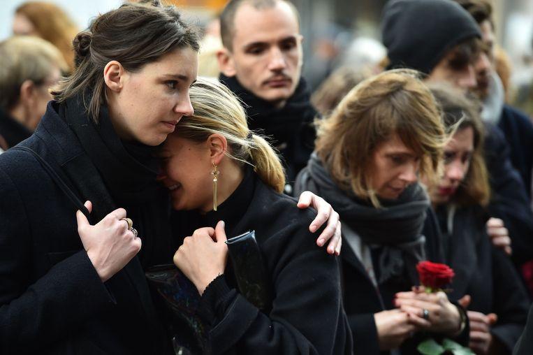 Parijs: herdenking bij La Belle Équipe, een van de getroffen cafés aan Rue de la Charonne Beeld Getty Images