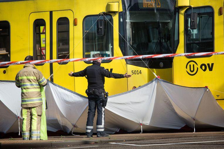 De politie doet onderzoek naar de schietpartij op het 24 Oktoberplein. Beeld Arie Kievit / de Volkskrant