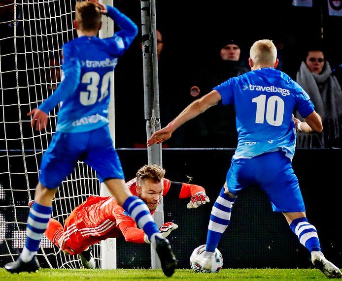 Feyenoord-keeper Nick Marsman gooit zich op de bal voordat PEC Zwolle-spits Lennart Thy (10) gevaarlijk kan worden. Links kijkt Dean Huiberts verschrikt toe.