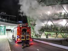 Fietsen beschadigd door brand in fietsenstalling bij station Alphen, vuur mogelijk aangestoken