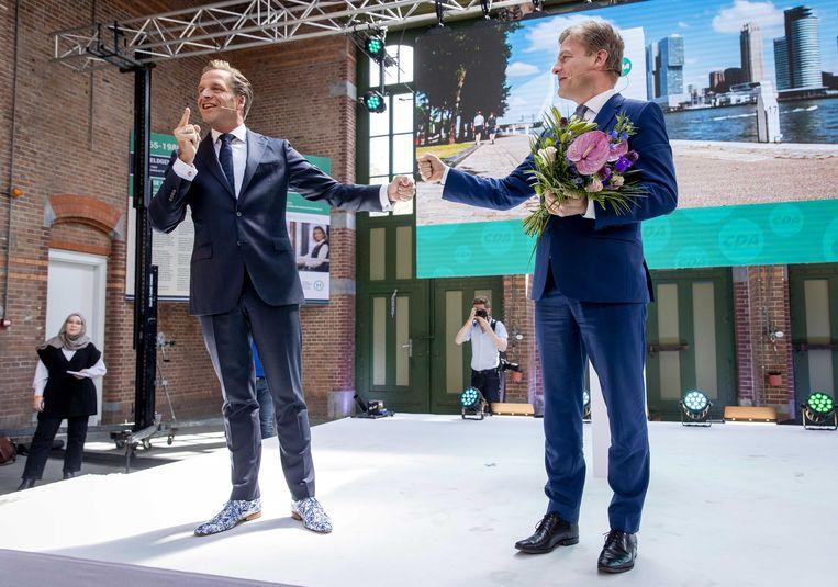 CDA'ers Hugo de Jonge en Pieter Omtzigt  na de bekendmaking van de uitslag van de tweede stemronde om het lijsttrekkerschap van het CDA.  Beeld ANP