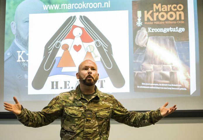 Majoor Marco Kroon tijdens een lezing waar hij zijn nieuwe boek Kroongetuige promoot.