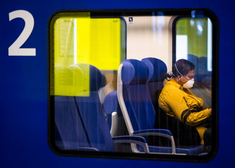 Een reiziger met een mondkapje op station Den Haag Centraal.  Beeld ANP