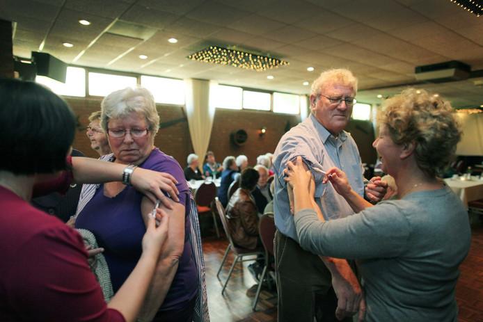 Ouderen krijgen een griepprik in Oosterhout