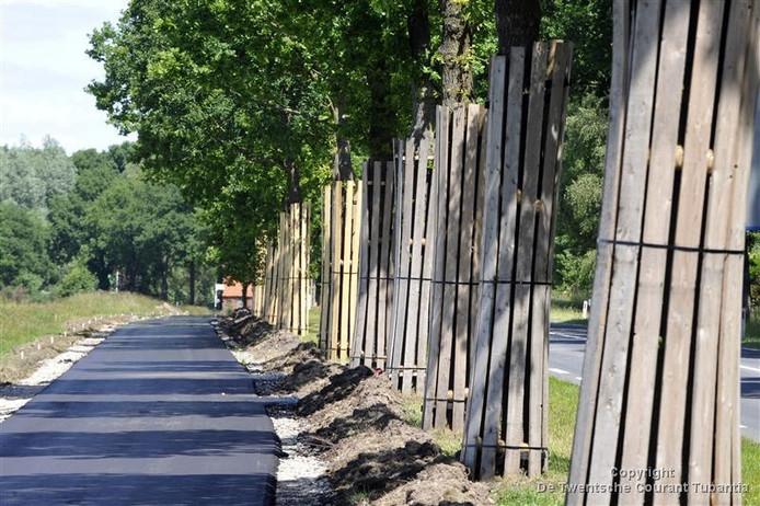 Een nieuw vrijliggend fietspad zou de veiligheid op het bedrijventerrein in Albergen flink verbeteren. Maar het werk begint pas na de zomer.