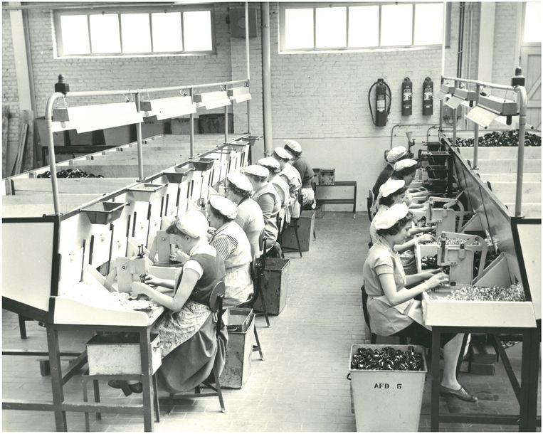 Dames aan het werk in de montage-afdeling, toen de schakelaars nog in bakeliet werden gemaakt. Niko gebruikte als eerste de thermoharder en befaamde voorloper van andere kunststoffen.
