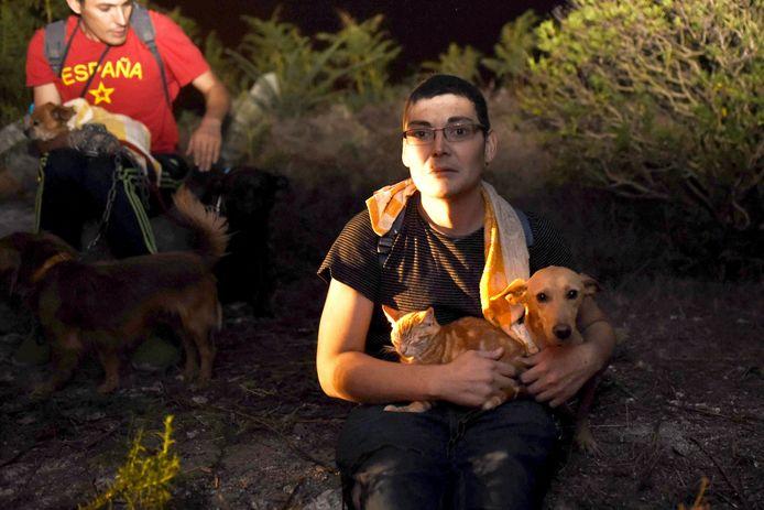 Inwoners houden hun huisdieren bij zich tijdens de evacuatie uit hun woning in Noordwest Spanje.