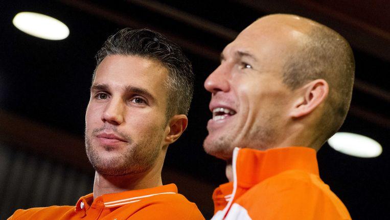 Arjen Robben (rechts) neemt de band bij Oranje over van Robin van Persie