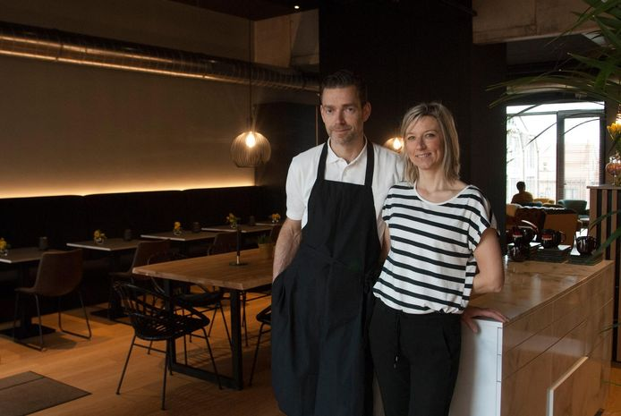 Steven en Tiffany in hun nieuwe brasserie Passerelle.