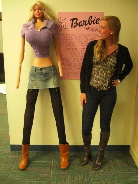 Galia Slayen met haar levensgrote Barbie