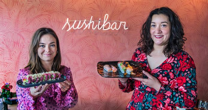 Nicole (links) en Lisa zijn de twee sushimeisjes. Lekker veel kleur in de grote sushi-rollen Pink Vegan Roll (links) en Rainbow Roll.