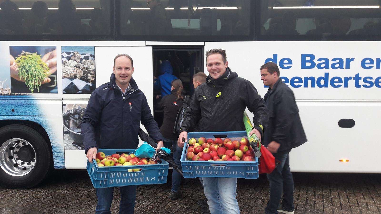 Joris Wisse en zijn collega hebben appels meegenomen voor onderweg. Tweehonderd Zeeuwen reisden vandaag met bussen naar Den Haag.