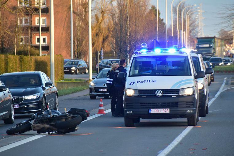 De inspecteurs maakten rechtsomkeert nadat andere weggebruikers hen er op hadden gewezen dat er iets gebeurd was op de Rijksweg. Bleek dat een motorrijder op hun combi was gebotst, zonder dat de bestuurder van het politievoertuig dat voelde.