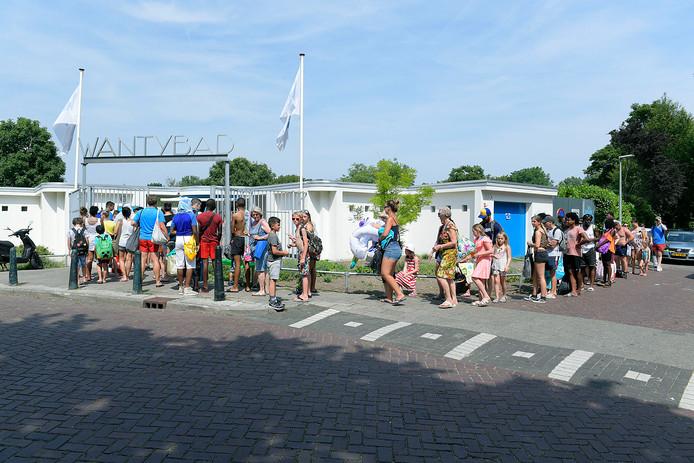 Dordtenaren zoeken de koelte van het water op. Voor het Wantijbad stond dinsdagmiddag een lange wachtrij.