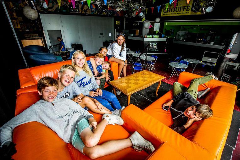 Jongeren in het intussen gesloten jeugdhuis De Prieze.