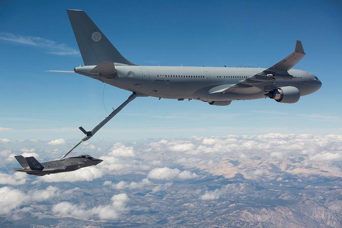 Onderweg van Amerika naar Nederland moet de F-35 bijgetankt worden. Op Volkel landen vanavond twee van deze toestellen.
