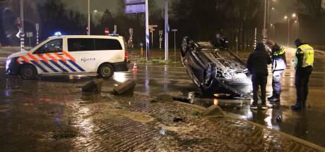 Auto slaat over de kop in Rotterdam-Oost en belandt midden op kruispunt