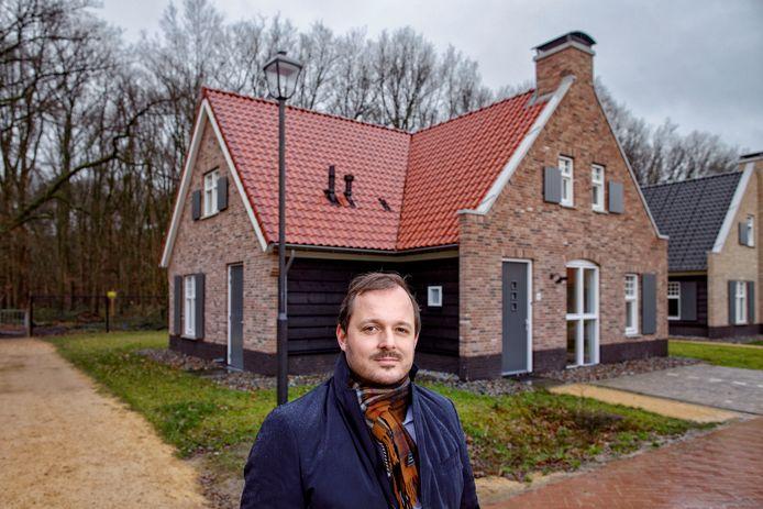 Landalpark Kaatsheuvel waarbij de laatste huizen zijn opgeleverd met manager Paul Reizevoort.