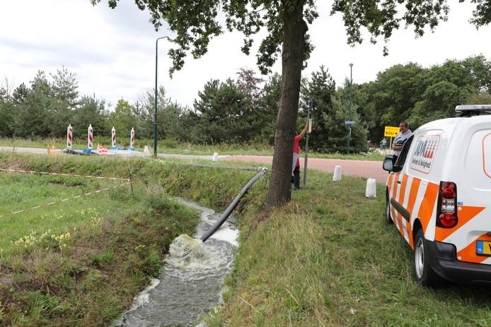 Het vervuilde water wordt weggepompt.