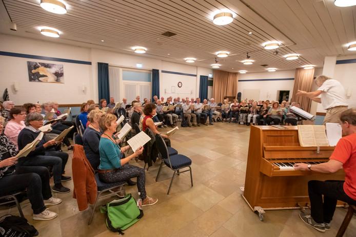 De wekelijkse repetitie onder leiding van Cees Wouters is voor menigeen een hoogtepunt.