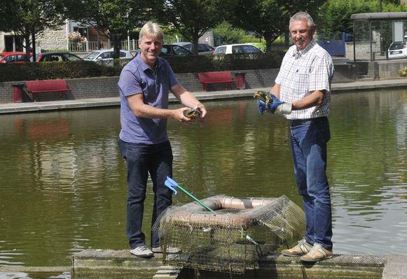 Schepen Erik Rennen en milieuambtenaar Guido Declerck bij de vijver aan de Parklaan waar vorig jaar ook schildpadden uit het water werden gehaald.