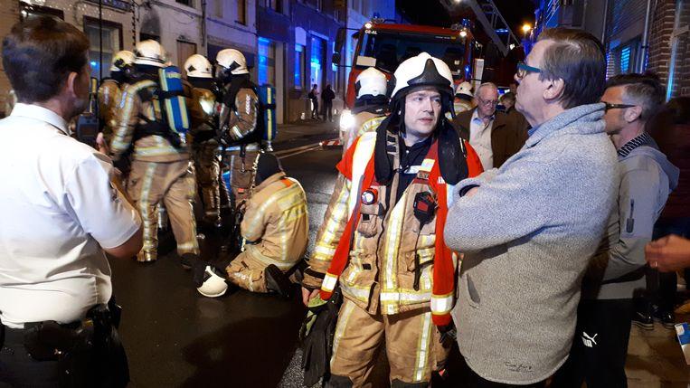 Brandweerkapitein Bart Vandesande verschaft uitleg aan burgemeester Guido De Padt.