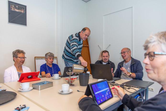 Beheerder Ronny Menheere schenkt koffie aan de mensen van de computerclub in het tijdelijke buurthuis.