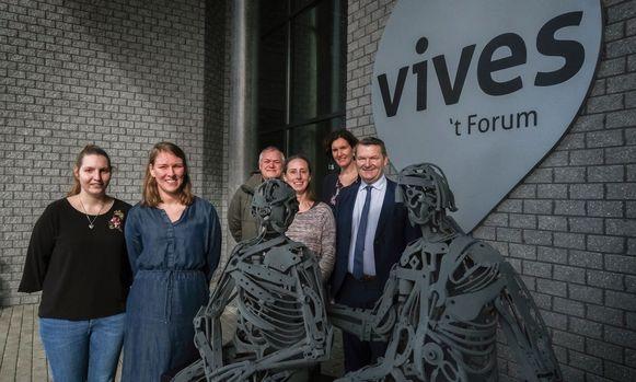 Lisa Sagaert uit Otegem en Caily Desmet uit Heule vooraan, met achteraan Francky Debusschere van mantelzorgvereniging Samana en Eveline Crevits en Joris Hindryckx van Vives.