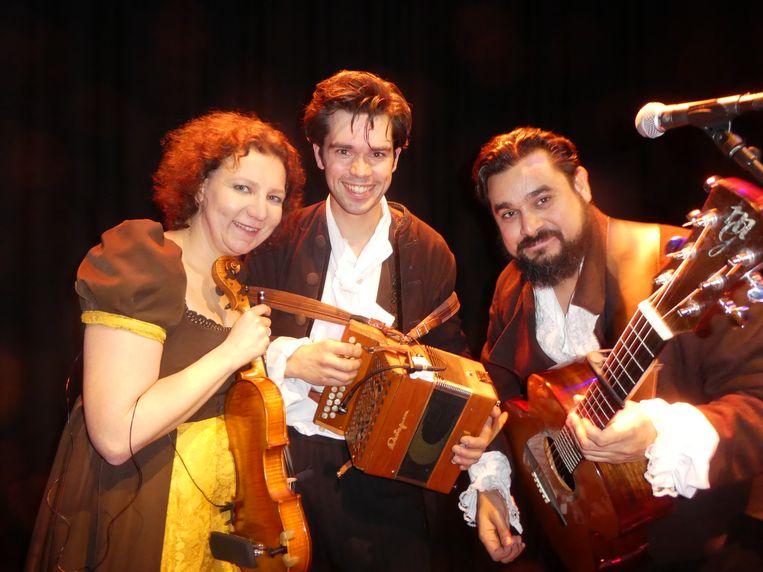 Anneke Eijkelboom, Jasper Langenberg en Jiroh Matulessy, samen Lowland Paddies, voor al uw middeleeuwse feesten en partijen. Beeld Hans van der Beek
