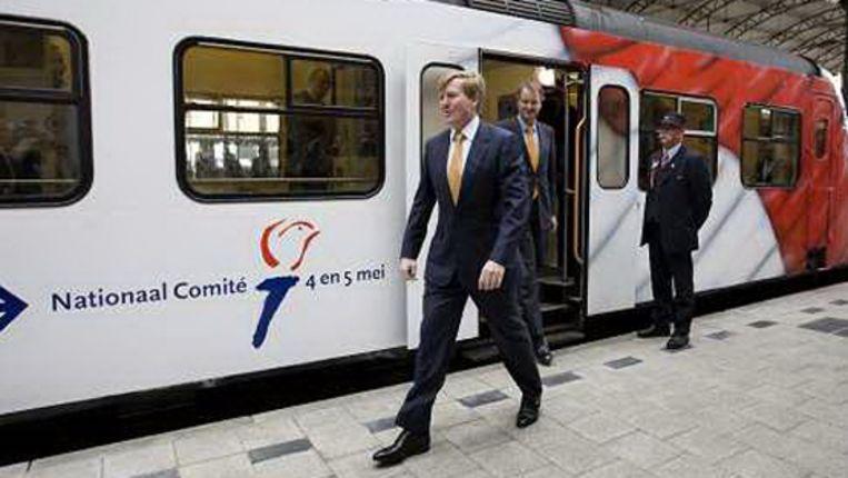 Prins Willem Alexander verlaat woensdag een speciale vrijheidstrein bij aankomst op het station Hollands Spoor in Den Haag. (ANP) Beeld