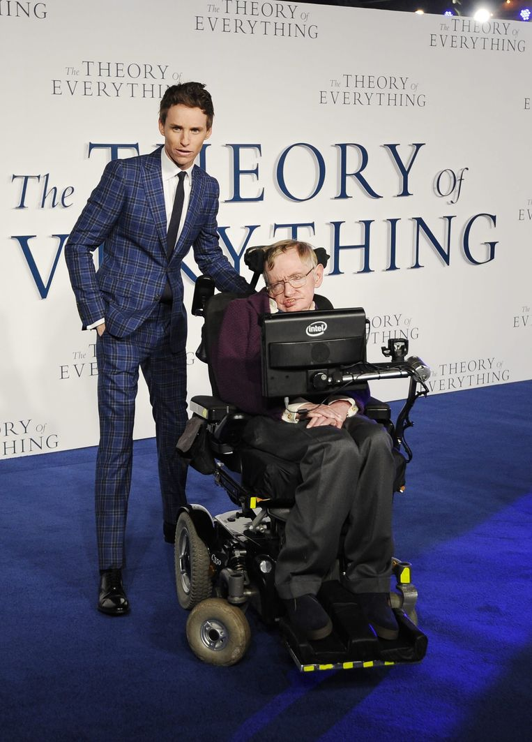 Acteur Eddie Redmayne(L) en natuurkundige Stephen Hawking (R) op de Britse première van The Theory of Everything Beeld epa
