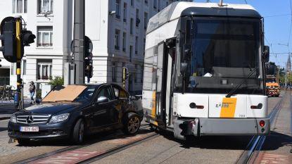 Vrouw (77) in levensgevaar na botsing met tram