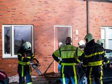 VIDEO: Bewoner in Tilburg springt uit raam na brand en beschadigt auto