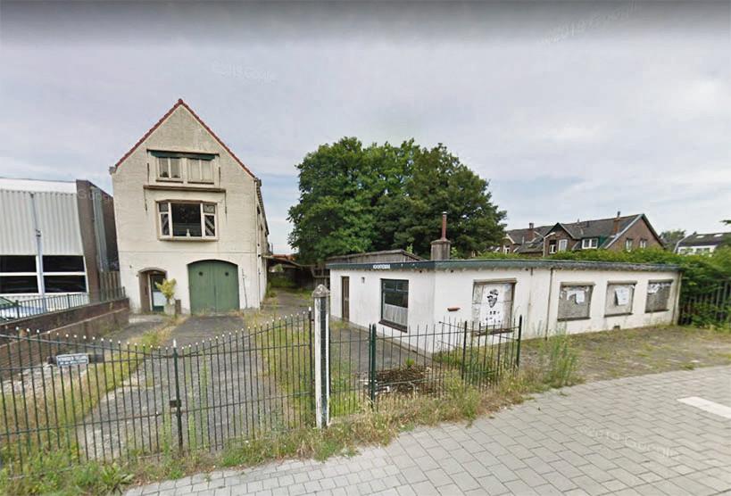 De panden op de hoek Emmerikseweg-Zaagmolenweg moeten plaats gaan bieden aan arbeidsmigranten.