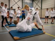 Topjudoka Hilde Jager vloert leerlingen Lyceum Elst; prachtig om haar aan het werk te zien