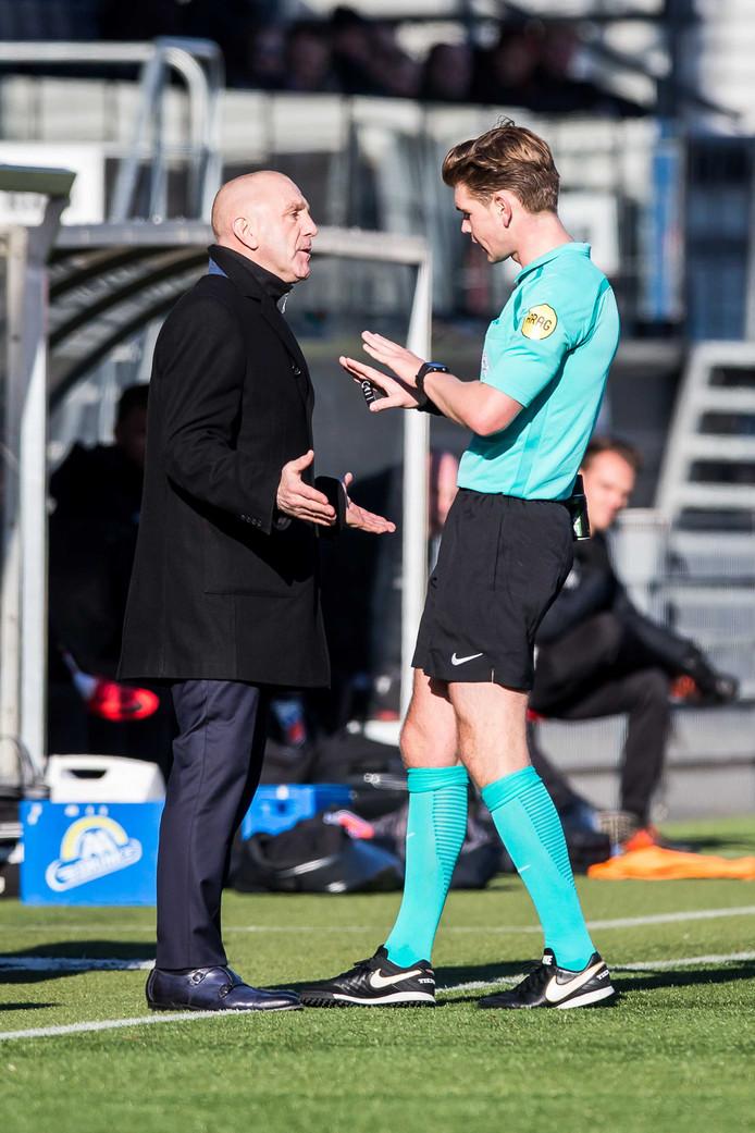 Joey Kooij spreekt Excelsior-assistent André Hoekstra aan.
